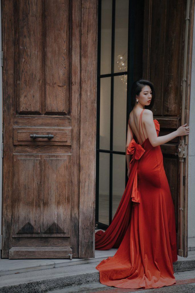 正紅色露背禮服